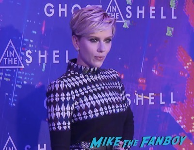 Ghost in the Shell Paris Premiere Scarlett Johansson signing autographs 6