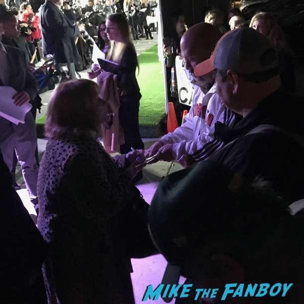 Oscar Wilde green carpet signing autographs for fans 4
