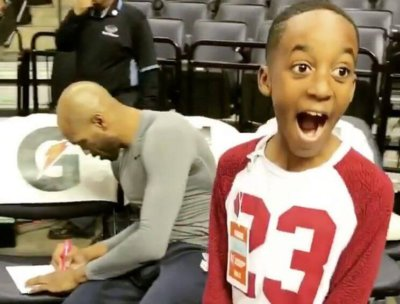 Vince Carter's autograph leaves young fan in awe