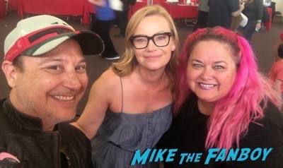 Samantha Mathis meeting fans signing autographs selfie 2