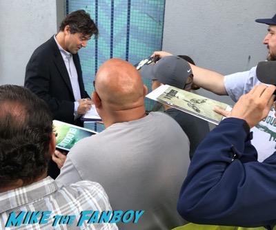kyle chandler signing autographs Bloodline season 3 premiere kyle chandler signing autographs 7