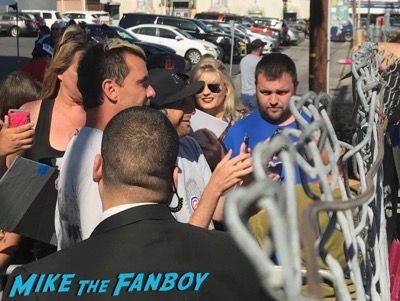Gavin Rossdale signing autographs jimmy kimmel live for fans meeting fans 1