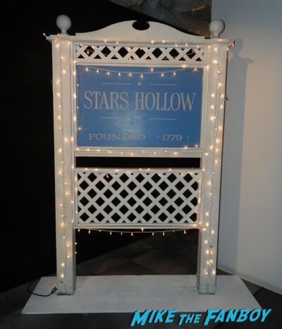 stars hollow gilmore girls prop sign