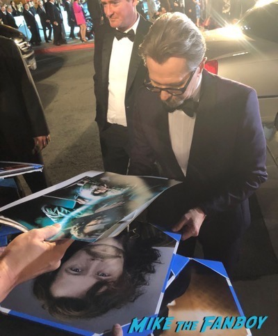 gary oldman signing autographs Palm Springs Film Festival 2017 signing autographs selfie 32