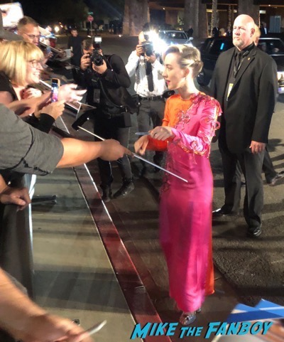 Saoirse Ronan signing autographs Palm Springs Film Festival 2017 signing autographs selfie 23