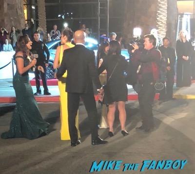 gal gadot signing autographs Palm Springs Film Festival 2017 signing autographs selfie 32
