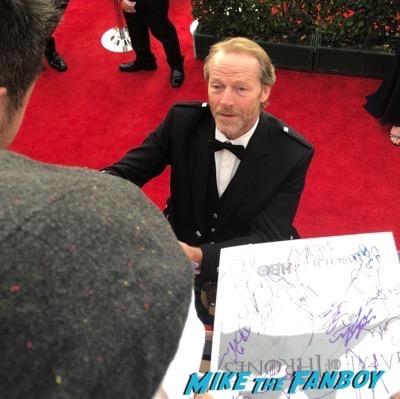Iain Glen signing autographs SAG Awards 2018 red carpet signing autographs 8