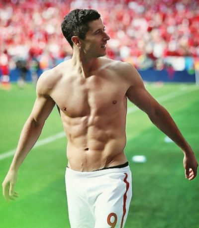 Robert Lewandowski shirtless ab muscle