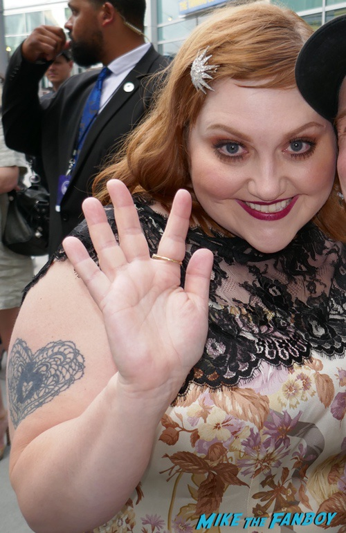 Beth Ditto with fans signing autographs psa gossip 0000
