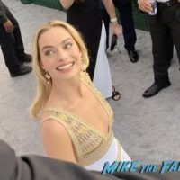 Margot Robbie with fans SAG Awards 2018 Celebrities signing autographs 0002