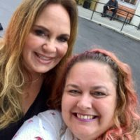 catherine bach with fans Dukes of Hazzard Cast 0001
