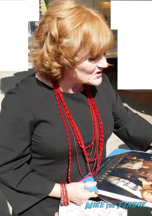 Lesley Nicol with fans signing autographs 0004