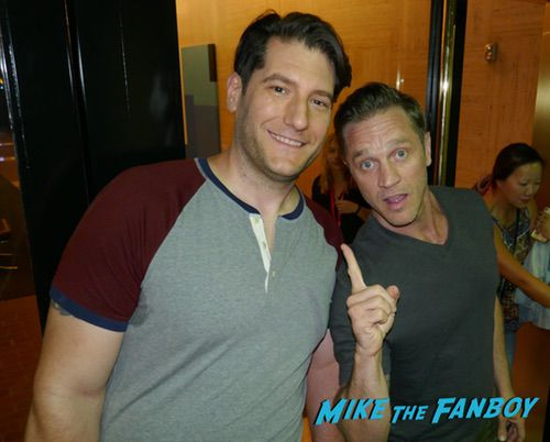Devon Sawa with fans signing autographs the fanatic 0006