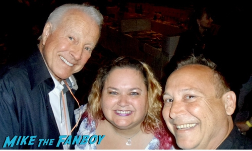 Lyle Waggoner with fans selfie memoorial 0000